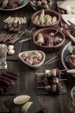 Apéritifs de Tapas sur la table en bois Effet de vintage photo stock
