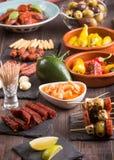 Apéritifs espagnols de tapas sur la table en bois Photo libre de droits