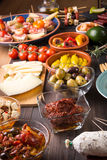 Apéritifs espagnols de tapas sur la table en bois Photographie stock libre de droits