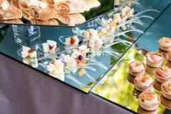 Apéritifs, repas sur le pouce, nourriture de partie, glisseurs Canape, tapas Table servie au café de terrasse d'été Service de re photos libres de droits