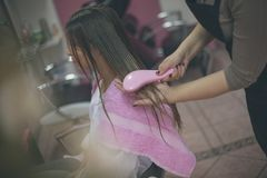 Após cada lavagem do cabelo, certifique-se limpá-la imagem de stock
