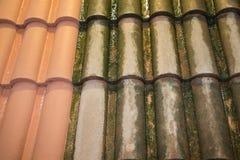 Após e antes da limpeza do telhado com o líquido de limpeza de alta pressão da água fotos de stock