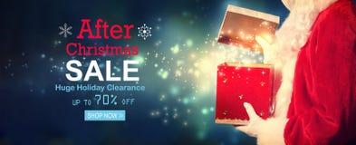 Após a mensagem da venda do Natal com a Santa que abre uma caixa de presente foto de stock royalty free