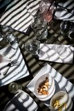 Após o almoço no restaurante em uma tarde ensolarada fotografia de stock