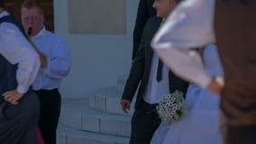 Após o casamento o par acorda fora da igreja