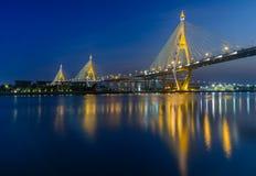 Após o tempo do por do sol na ponte do bhumibol imagens de stock