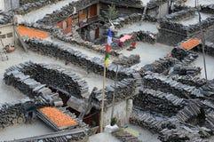 Após a secagem alaranjada brilhante do sweetcorn da colheita em telhados em Marpha, Nepal imagem de stock royalty free