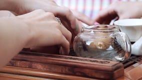 Após um chá delicioso e perfumado, as meninas puseram os copos invertidos sobre uma tabela de madeira filme
