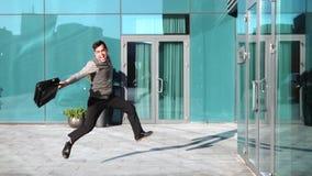 Após um negócio bem sucedido, um homem de negócios novo com uma pasta engana ao redor, joga acima sua pasta e tem o divertimento filme