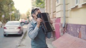 Após um negócio bem sucedido, um homem de negócios novo com uma pasta engana ao redor, joga acima sua pasta e tem o divertimento video estoque