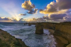 12 apóstoles a lo largo del gran camino del océano en la puesta del sol Imágenes de archivo libres de regalías