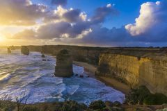 12 apóstoles a lo largo del gran camino del océano en la puesta del sol Foto de archivo