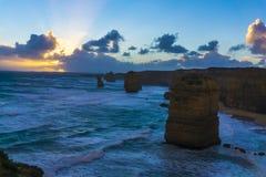 12 apóstoles a lo largo del gran camino del océano en la puesta del sol Foto de archivo libre de regalías