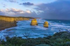 12 apóstoles a lo largo del gran camino del océano en la puesta del sol Fotografía de archivo