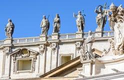 Apóstolos da fachada da catedral de St Peter no Vaticano Italy foto de stock