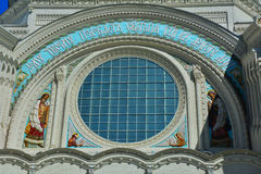 Apóstolos Pyotr e Pavel de Saint sobre um portal de St Nicholas Naval Cathedral em Kronstadt, St Petersburg, Rússia Imagem de Stock