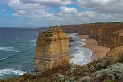 Apôtre solitaire le long de grande route d'océan, Australie photographie stock