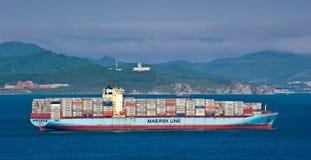 AP莫勒在海湾的集装箱船在船锚 不冻港海湾 东部(日本)海 27 05 2014年 图库摄影
