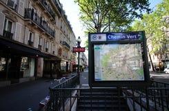 AP auf der Straße an der Metrostation Chemin Vert in Paris lizenzfreie stockfotos