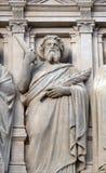 Ap?tre, statue sur la fa?ade de l'?glise de St Augustine ? Paris photos libres de droits