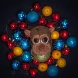 Apa i julgarneringar Kinesiskt symbol för nytt år Arkivbilder