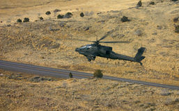 Apache über Straße Stockfotos