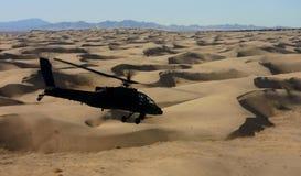 Apache au-dessus des dunes de sable Photo stock