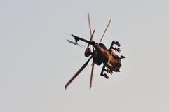 Apache, der eine scharfe Kurve während NDP 2011 tut Stockfotos