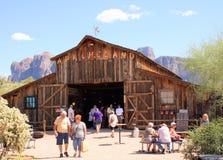 Apacheland-Scheune am Aberglaube-Gebirgsmuseum Stockfotografie