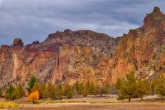 Apaframsidan vaggar bildande på Smith Rock State Park i centrala Oregon royaltyfria foton