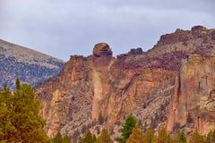 Apaframsidan vaggar bildande på Smith Rock State Park i centrala Oregon royaltyfri foto
