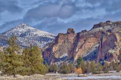 Apaframsidan vaggar bildande på Smith Rock State Park i centrala Oregon royaltyfri fotografi