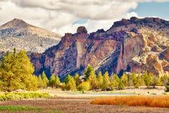Apaframsidan vaggar bildande på Smith Rock State Park i centrala Oregon arkivbild