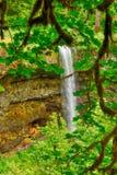 Apaframsidan vaggar bildande på Smith Rock State Park i centrala Oregon arkivbilder