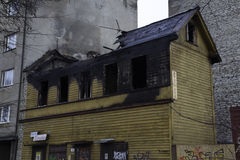 Apagado edificio de madera en Talin Imagenes de archivo