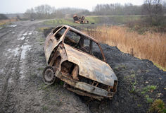 Apagados coches robados al borde de una reserva de naturaleza de los humedales de RSPB Fotos de archivo