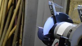 Apagar la máquina de pulir Afiladura de una pala en una máquina de pulir Eléctrico afilado almacen de metraje de vídeo