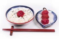 Apanese witte rijst en traditionele Japanse Umeboshi-pruimoogst stock foto