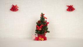 A aparência do cenário, dos brinquedos feitos a mão, das decorações e dos presentes de ano novo vídeos de arquivo