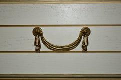 Aparador blanco en el cuarto ligero Un interior en estilo clásico foto de archivo
