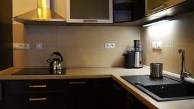 Aparador em uma cozinha moderna filme