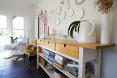 Aparador na sala de jantar da casa familiar contemporânea Foto de Stock Royalty Free