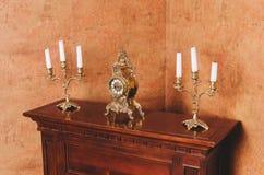Aparador viejo con las velas en los candelabros fotos de archivo
