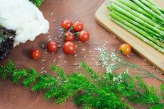 Aparagus contre le tomatoe de cerise Photographie stock