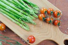Aparagus contre le tomatoe de cerise Images libres de droits