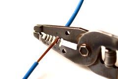 Aparando o cabo elétrico foto de stock
