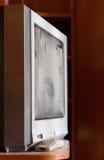 Aparato de TV gris de la CRT con polvo en la pantalla Imagenes de archivo