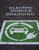 Aparcamiento de carga del coche eléctrico Imágenes de archivo libres de regalías