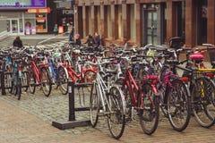 Aparcamiento de la bicicleta en la ciudad finlandesa de Jyvaskyla muchas bicicletas de diversos colores foto de archivo