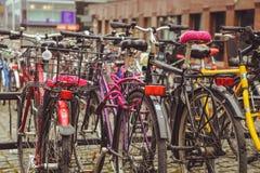 Aparcamiento de la bicicleta en la ciudad finlandesa de Jyvaskyla muchas bicicletas de diversos colores fotografía de archivo